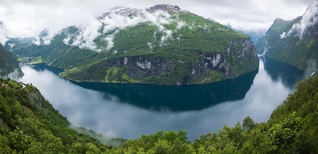 Schöne aussicht auf den norwegischen fjord Premium Fotos