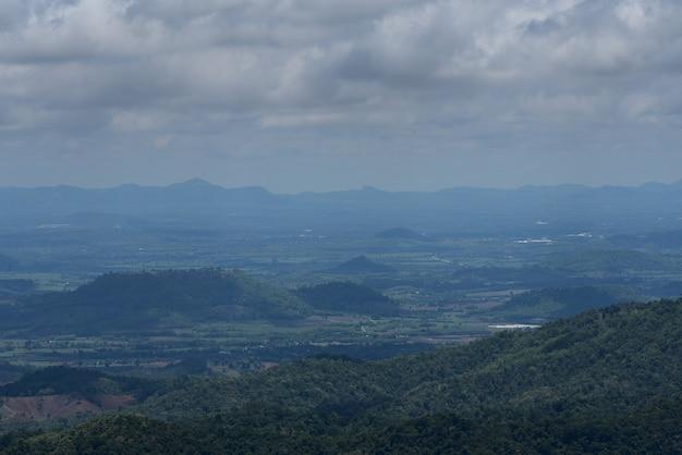 Schöne aussicht auf die berge und den wald Premium Fotos