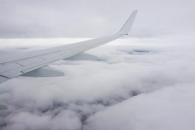 Schöne aussicht auf die weißen wolken vom flugzeugfenster Kostenlose Fotos
