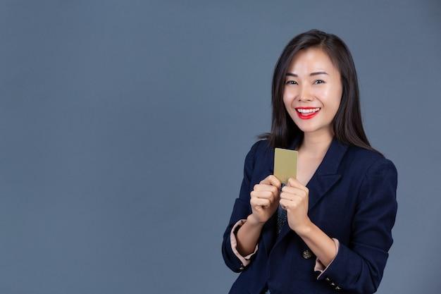 Schöne berufstätige frauen zeigen ihre gefühle mit mimik und gesten. Kostenlose Fotos