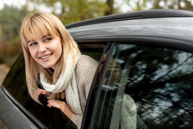 Schöne blonde dame, die weg schaut Kostenlose Fotos