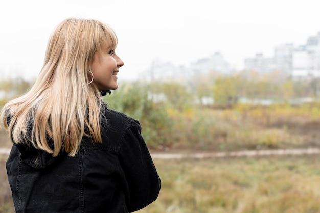 Schöne blonde frau der bachansicht Kostenlose Fotos