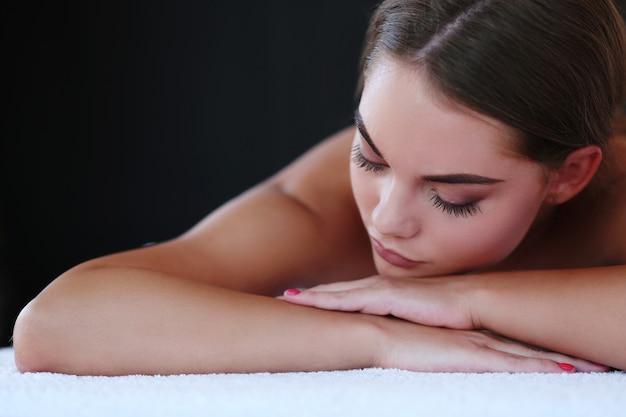 Schöne blonde frau, die eine massage erhält Kostenlose Fotos