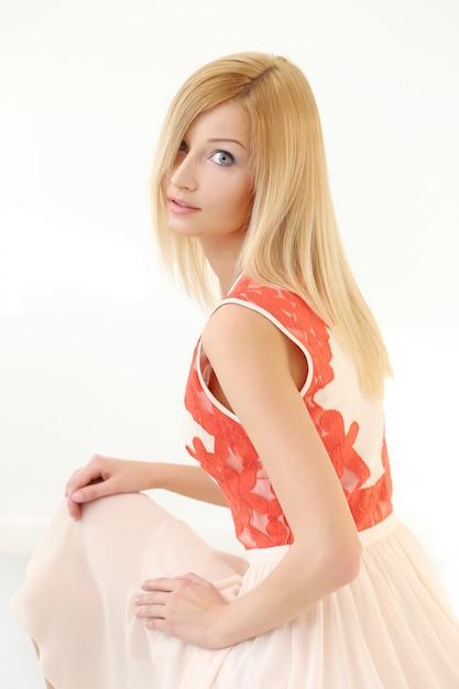 Schöne blonde frau im kleid Kostenlose Fotos