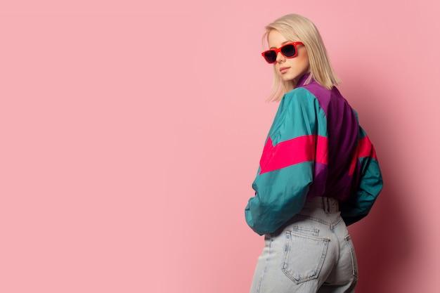 Schöne blonde frau in der sonnenbrille und in der kleidung der 90er jahre Premium Fotos