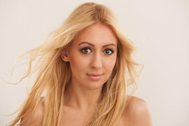 Schöne blonde frau mit langen haaren Kostenlose Fotos