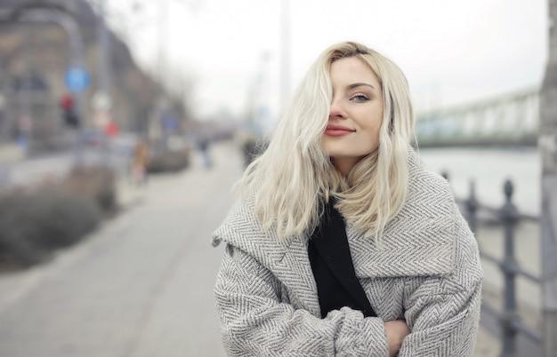 Schöne blonde frau Premium Fotos