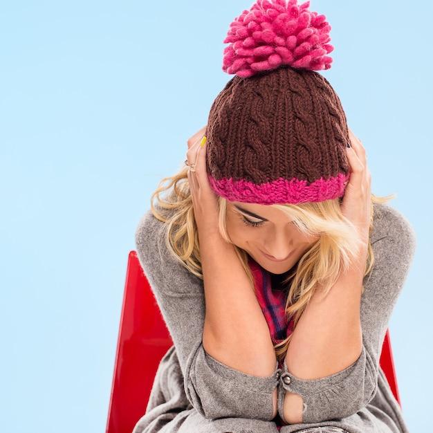 Schöne blondine in mütze und schal Kostenlose Fotos