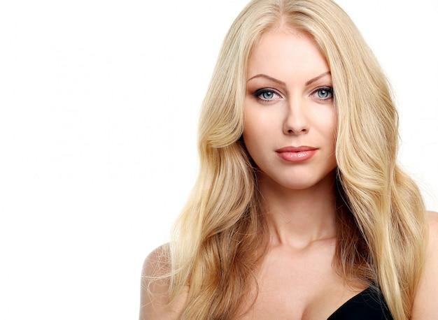 Schöne blondine mit lockigem haar Kostenlose Fotos