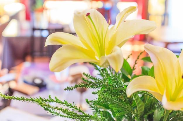 Schöne blühende gelbe lilien (lilium), neuer natürlicher bunter blumen-hintergrund. Premium Fotos