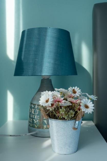 Schöne blume des weichen tones im glas Premium Fotos