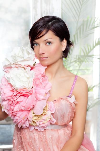 Schöne blumenfrau mit frühlingsrosakleid Premium Fotos