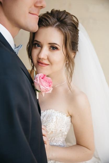 Schöne bräute sind an ihrem hochzeitstag Kostenlose Fotos