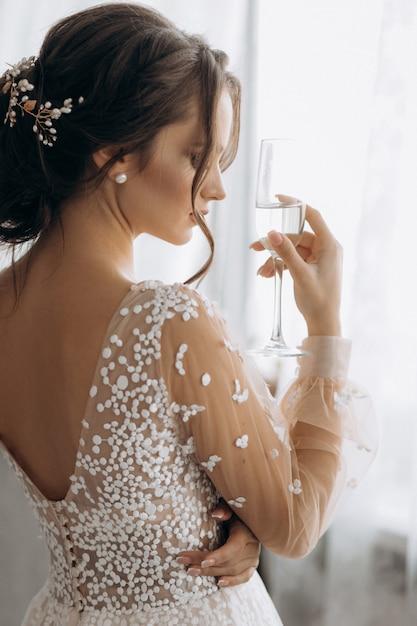 Schöne braut, die glas champagner hält Kostenlose Fotos