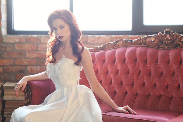 Schöne braut im weißen hochzeitskleid Kostenlose Fotos