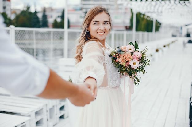 Schöne braut mit ihrem ehemann in einem park Kostenlose Fotos