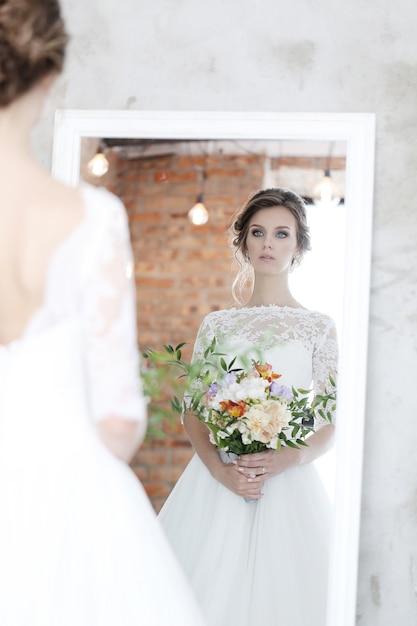 Schöne braut mit weißem kleid Kostenlose Fotos