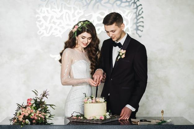 Schöne braut und bräutigam, die einen wunsch machen