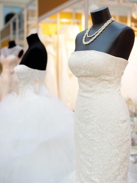 Schöne brautkleider auf einem mannequin Premium Fotos