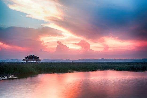 Schöne dämmerung himmel und seelandschaft Kostenlose Fotos