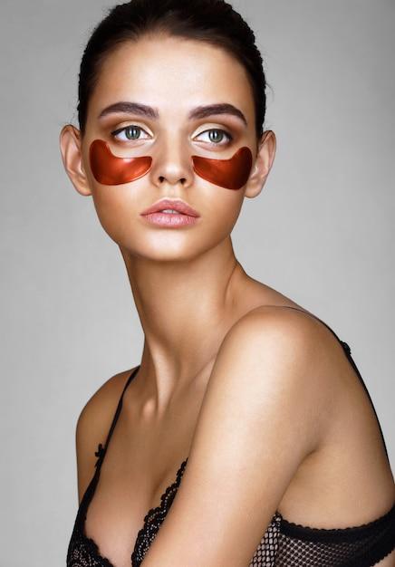 Schöne dame mit roten augenklappen Premium Fotos