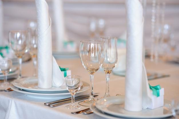 Schöne dekoration des tisches für die hochzeit. Premium Fotos