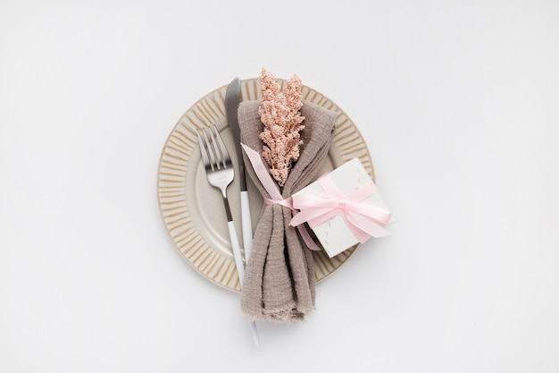 Schöne draufsicht-tabelleneinstellung für valentines auf weiß Kostenlose Fotos