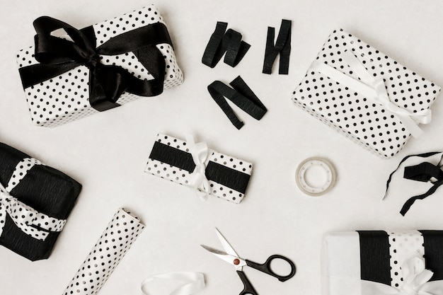 Schöne eingewickelte geschenkbox lokalisiert auf weißer oberfläche Kostenlose Fotos
