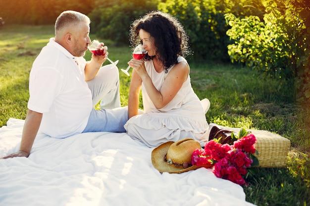 Schöne erwachsene paare verbringen zeit auf einem sommergebiet Kostenlose Fotos