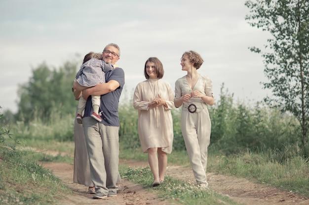 Schöne familie, die in den park geht Premium Fotos
