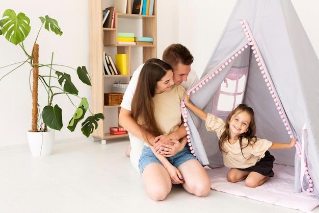 Schöne familie, die zeit zusammen zu hause mit kopierraum verbringt Premium Fotos