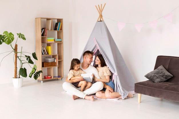 Schöne familie, die zeit zusammen zu hause verbringt Kostenlose Fotos