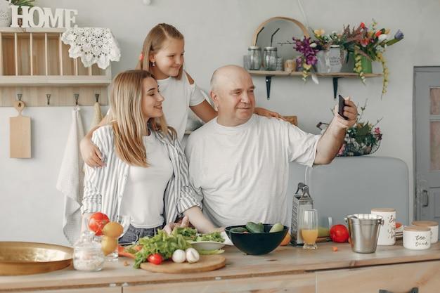 Schöne familie essen in einer küche zubereiten Kostenlose Fotos