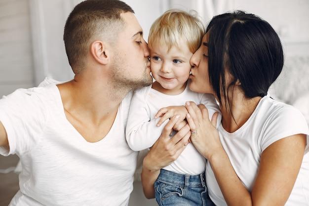 Schöne familie verbringen zeit in einem schlafzimmer Kostenlose Fotos