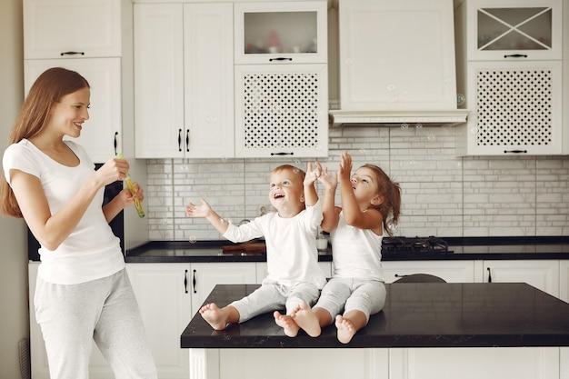 Schöne familie verbringen zeit in einer küche Kostenlose Fotos