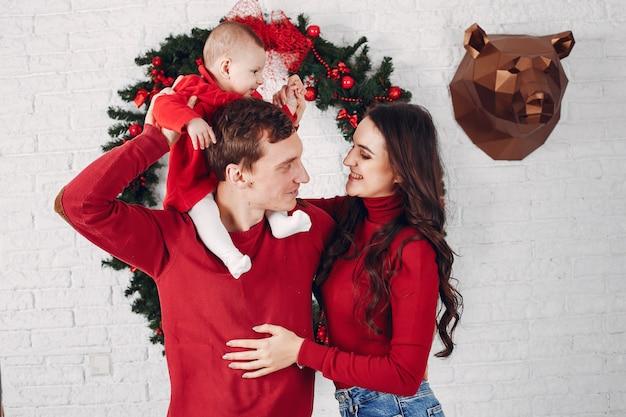 Schöne familie verbringt zeit zu hause Kostenlose Fotos