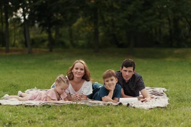 Schöne familie verbringt zeit zusammen im freien Kostenlose Fotos