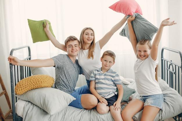 Schöne familie viel spaß zu hause Kostenlose Fotos