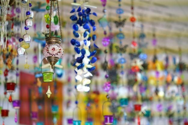 Schöne farbeffekte in souvenirläden in mykonos auf den kykladen Premium Fotos