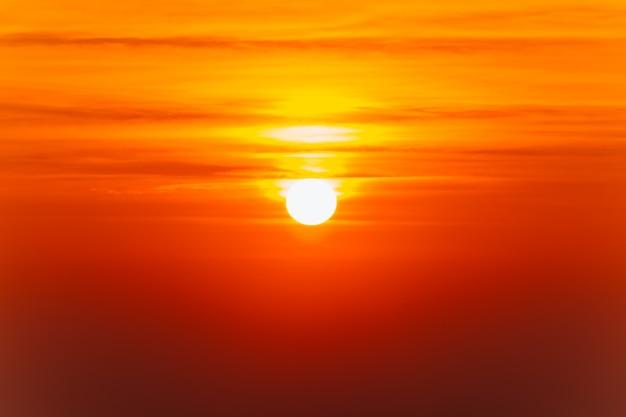 Schöne flammende sonnenunterganglandschaft und orange himmel über ihm. Premium Fotos