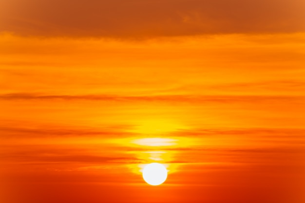 Schöne flammende sonnenunterganglandschaft und orange himmel über ihm Premium Fotos