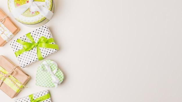 Schöne formen von den eingewickelten geschenkboxen lokalisiert auf weißer oberfläche Kostenlose Fotos