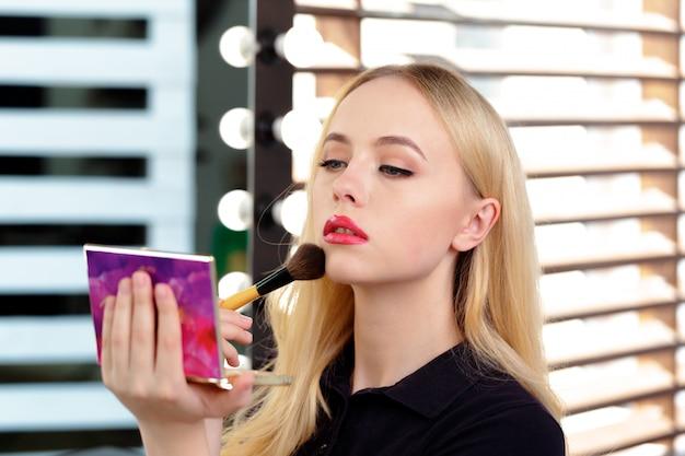Schöne frau abend make-up zu tun Premium Fotos