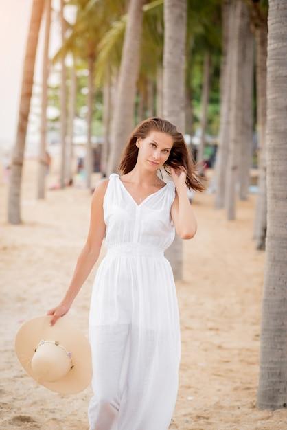 Frau am strand bilder