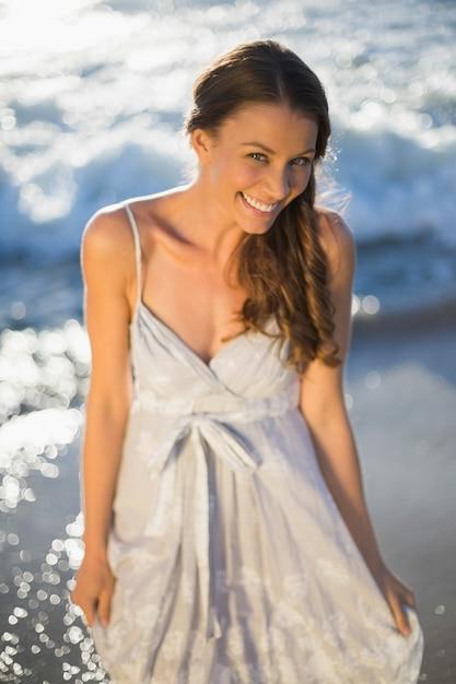 Schöne frau am strand   Premium-Foto