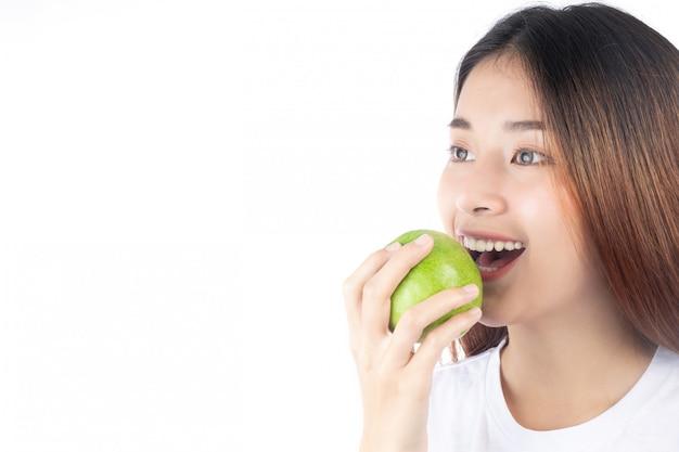 Schöne frau asien mit einem glücklichen lächeln Kostenlose Fotos