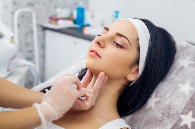 Schöne frau bekommt injektionen, kosmetologie Premium Fotos