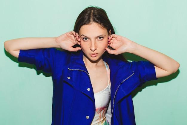 Schöne frau des jungen hipsters, blau posierend gegen blaue wand, badeanzug-modetrend sommer, kühler gesichtsausdruck Kostenlose Fotos