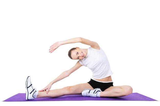 Schöne frau, die aerobic-übungen macht - lokalisiert auf weiß Kostenlose Fotos