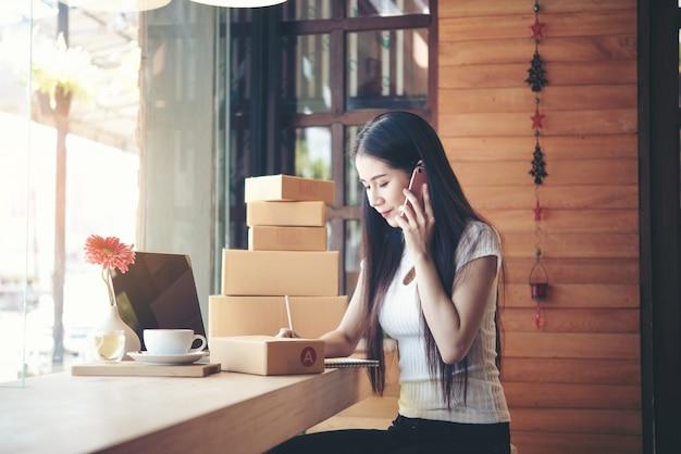 Schöne frau, die an der kaffeestube arbeitet Kostenlose Fotos